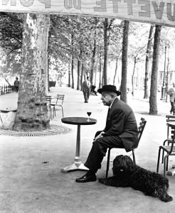 uomo solo seduto al tavolino di un caffè